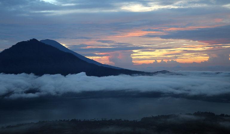 Trekking til toppen af vulkanen Batur